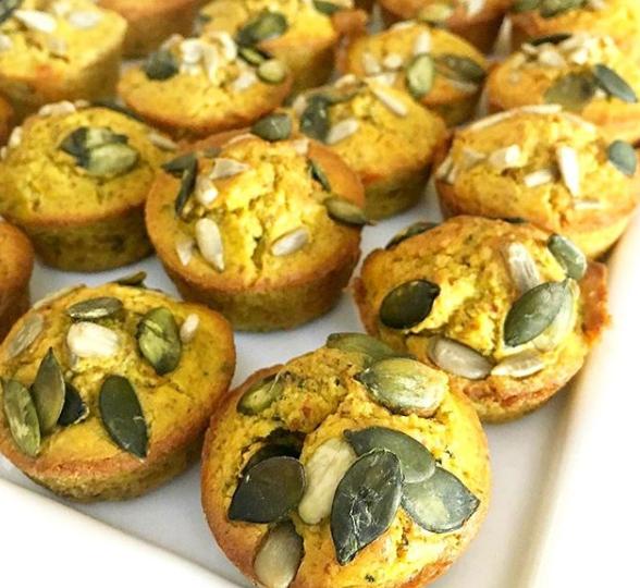 Muffin de abóbora decorado com sementes