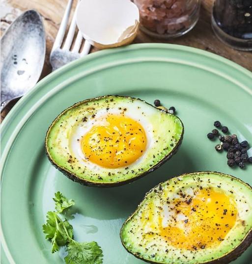 Ovos assados com avocado