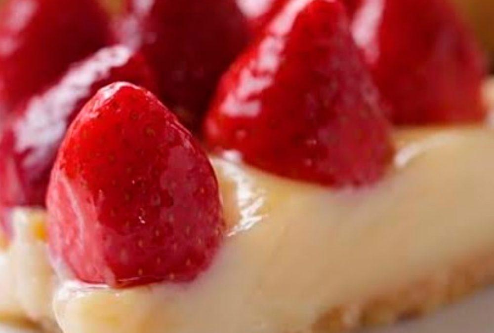 Torta low carb brigadeiro branco e morangos